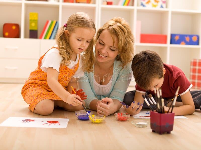 ζωγραφική χεριών οικογε στοκ φωτογραφία με δικαίωμα ελεύθερης χρήσης