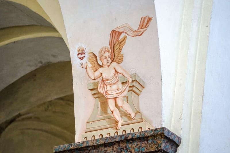 Ζωγραφισμένος άγγελος με μια καρδιά στο θησαυροφυλάκιο της εκκλησίας στοκ φωτογραφίες με δικαίωμα ελεύθερης χρήσης