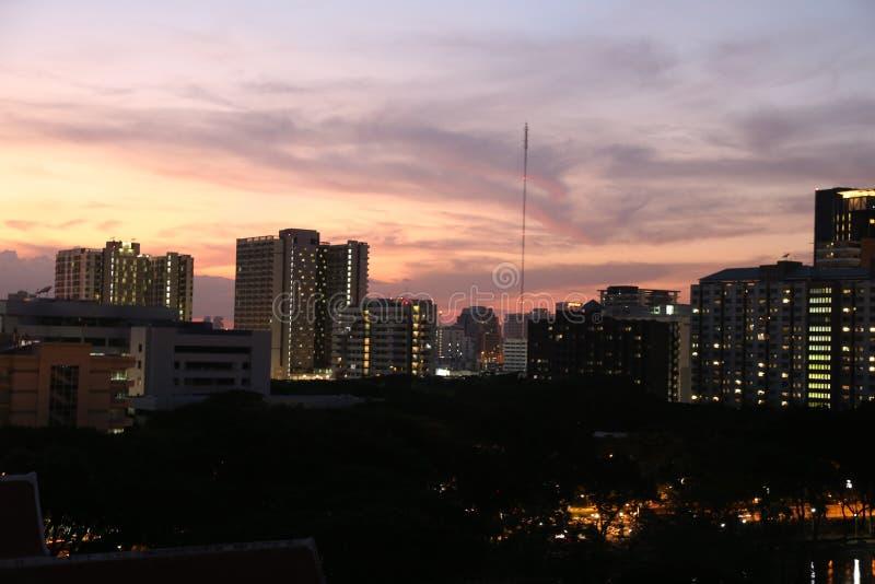 Ζωηρά υψηλό κτήριο στη νύχτα στοκ φωτογραφίες