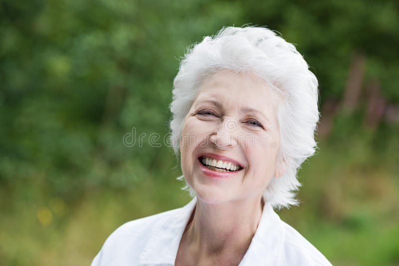 Ζωηρή γελώντας ανώτερη γυναίκα στοκ εικόνες