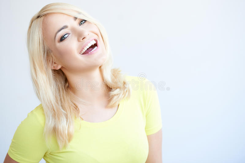 Ζωηρή νέα γυναίκα που γελά στη κάμερα στοκ εικόνα με δικαίωμα ελεύθερης χρήσης