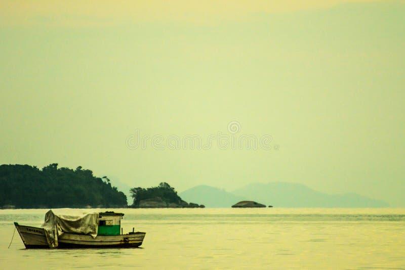 Ζωηρόχρωμα αλιευτικά σκάφη κοντά στην ακτή στοκ φωτογραφία