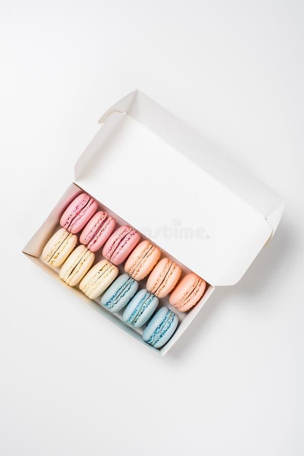 Ζωηρόχρωμα ανάμεικτα macaroon μπισκότα σε ένα κιβώτιο δώρων στοκ φωτογραφία με δικαίωμα ελεύθερης χρήσης