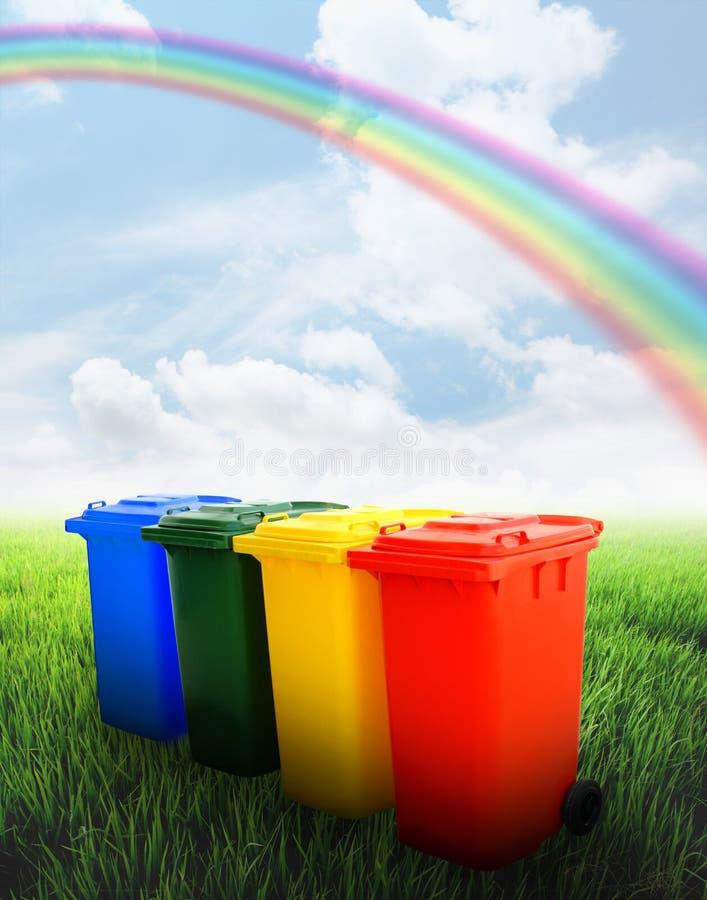 Ζωηρόχρωμα ανακύκλωσης δοχεία με την ανασκόπηση τοπίων στοκ φωτογραφία με δικαίωμα ελεύθερης χρήσης