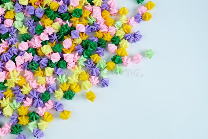 Ζωηρόχρωμα αστέρια ή λουλούδια origami που διπλώνουν το έγγραφο, για το λευκό στοκ εικόνες με δικαίωμα ελεύθερης χρήσης