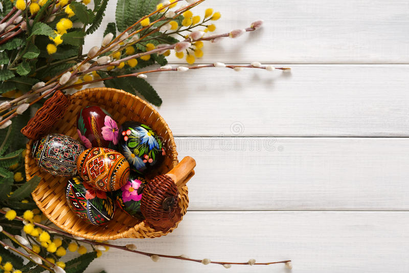 Ζωηρόχρωμα αυγά Πάσχας στο άσπρο ξύλινο υπόβαθρο στοκ φωτογραφία