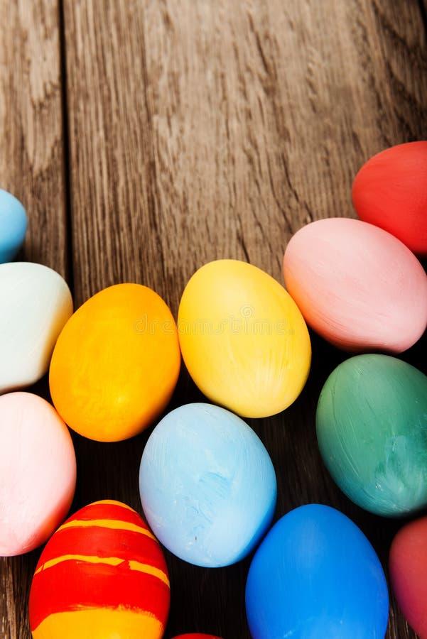 Ζωηρόχρωμα αυγά Πάσχας στο ξύλινο επιτραπέζιο υπόβαθρο στοκ φωτογραφίες με δικαίωμα ελεύθερης χρήσης