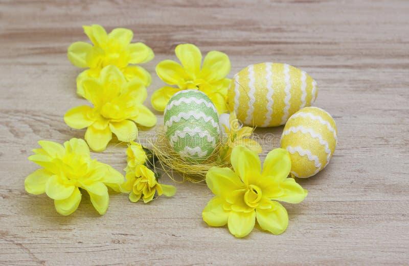 Ζωηρόχρωμα αυγά Πάσχας στο ξύλινο υπόβαθρο στοκ εικόνες