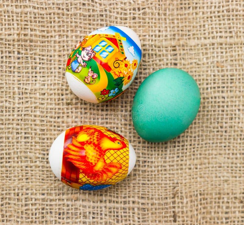 Ζωηρόχρωμα αυγά Πάσχας στο υπόβαθρο στοκ εικόνα