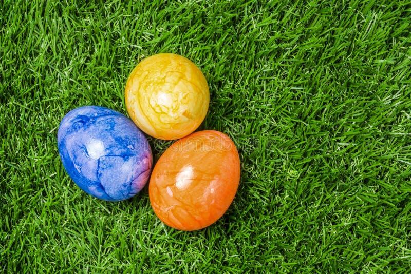 ζωηρόχρωμα αυγά Πάσχας τρία στοκ φωτογραφία με δικαίωμα ελεύθερης χρήσης