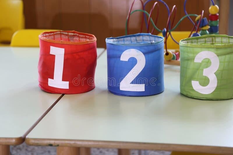 Ζωηρόχρωμα βάζα με τους συρμένους αριθμούς στο σχολικό πίνακα στοκ εικόνα με δικαίωμα ελεύθερης χρήσης