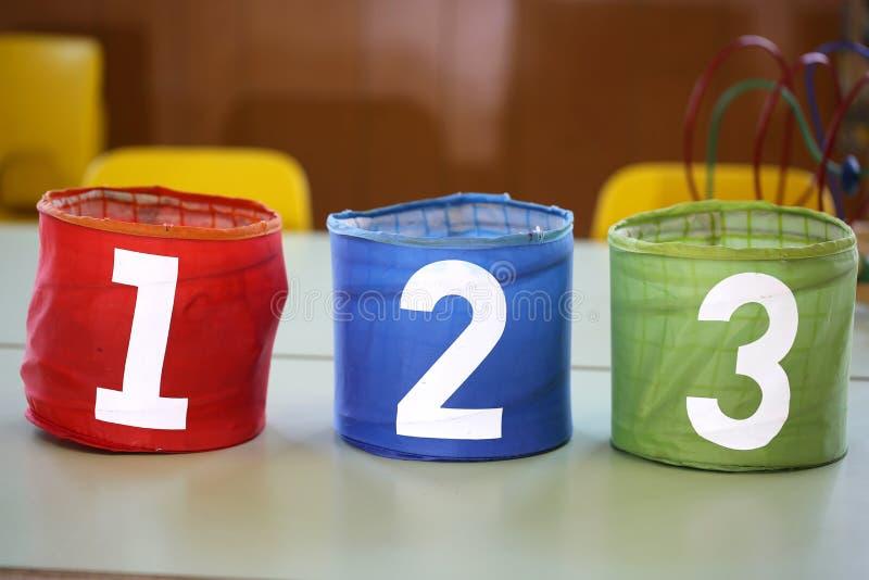 Ζωηρόχρωμα βάζα με τους συρμένους αριθμούς 1 2 3 στο σχολικό πίνακα στοκ εικόνα