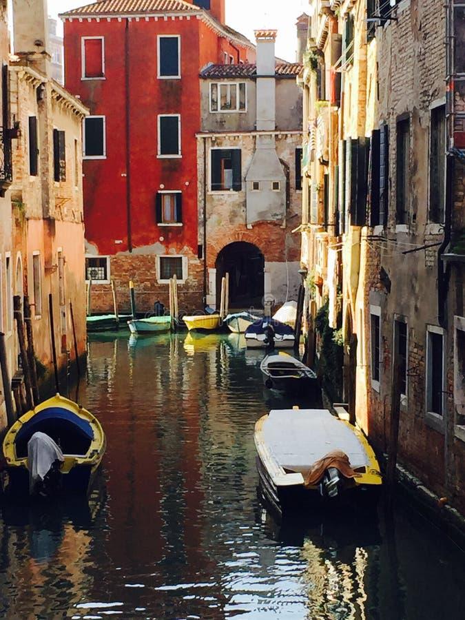 Ζωηρόχρωμα βάρκες και κτήρια στοκ φωτογραφίες