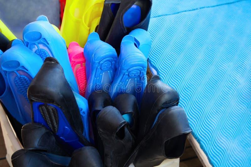 Ζωηρόχρωμα βατραχοπέδιλα στο κιβώτιο Βουτώντας και κολυμπώντας με αναπνευτήρα εξαρτήματα στοκ φωτογραφίες με δικαίωμα ελεύθερης χρήσης