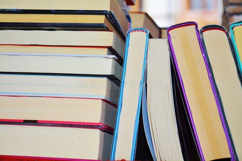 Ζωηρόχρωμα βιβλία στο ράφι στοκ εικόνα με δικαίωμα ελεύθερης χρήσης