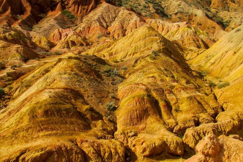 Ζωηρόχρωμα βουνά, κίτρινοι και διαφορετικοί χρωματισμένοι χρώμα λόφοι στοκ εικόνες