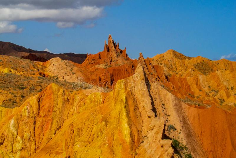 Ζωηρόχρωμα βουνά, κίτρινοι και διαφορετικοί χρωματισμένοι χρώμα λόφοι στοκ φωτογραφίες