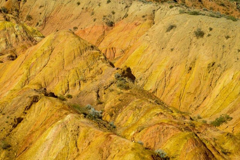Ζωηρόχρωμα βουνά, κίτρινοι και διαφορετικοί χρωματισμένοι χρώμα λόφοι στοκ εικόνες με δικαίωμα ελεύθερης χρήσης