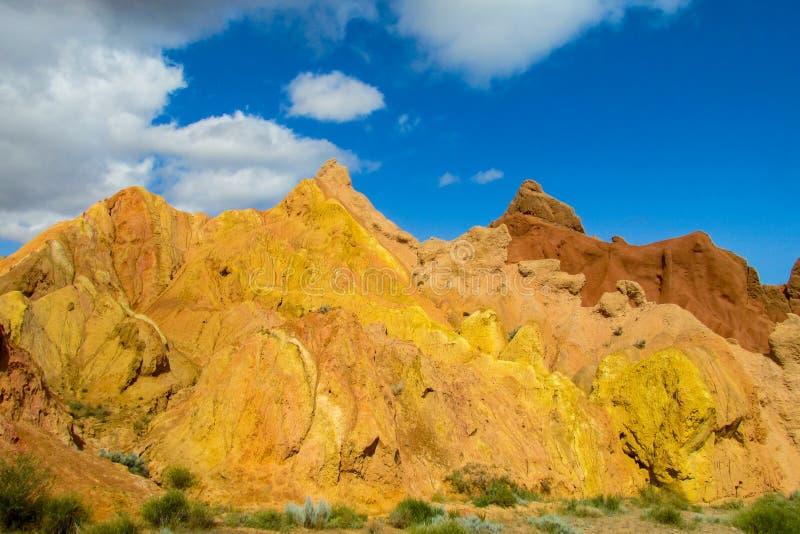 Ζωηρόχρωμα βουνά, κίτρινοι και διαφορετικοί χρωματισμένοι χρώμα λόφοι στοκ εικόνα