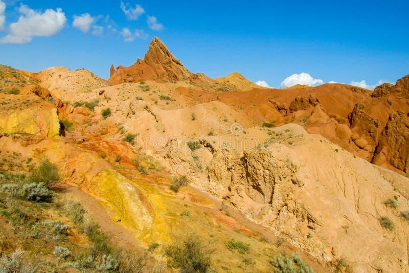 Ζωηρόχρωμα βουνά μορφής κάστρων, κίτρινοι και διαφορετικοί χρωματισμένοι χρώμα λόφοι στοκ εικόνα με δικαίωμα ελεύθερης χρήσης