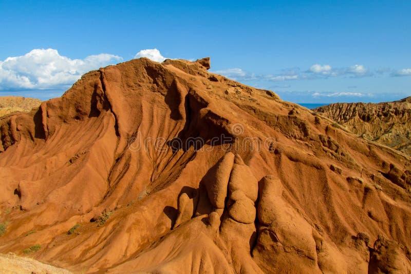 Ζωηρόχρωμα βουνά μορφής κάστρων, κίτρινοι και διαφορετικοί χρωματισμένοι χρώμα λόφοι στοκ φωτογραφίες