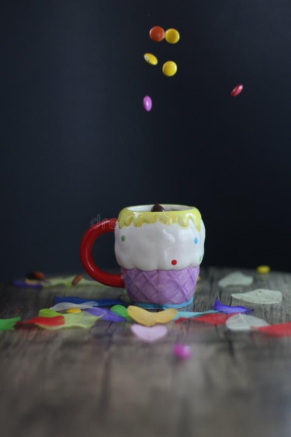 Ζωηρόχρωμα γλυκά και μια κούπα στοκ φωτογραφίες με δικαίωμα ελεύθερης χρήσης