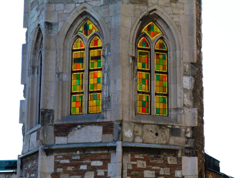 Ζωηρόχρωμα γοτθικά παράθυρα γυαλιού ύφους στη διαμόρφωση πετρών στοκ φωτογραφία με δικαίωμα ελεύθερης χρήσης