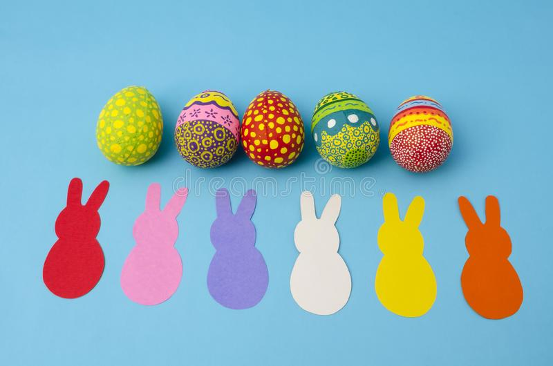 Ζωηρόχρωμα διακοσμημένα αυγά Πάσχας και ζωηρόχρωμα λαγουδάκια εγγράφου στοκ φωτογραφία
