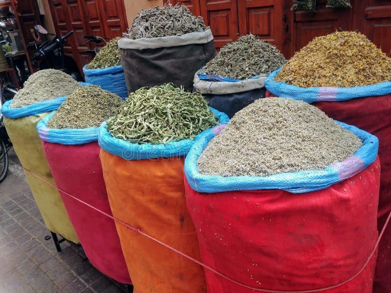 Ζωηρόχρωμα δοχεία των καρυκευμάτων μαροκινή σε έναν bazaar ή μια αγορά στο medina του Μαρακές στοκ φωτογραφία με δικαίωμα ελεύθερης χρήσης