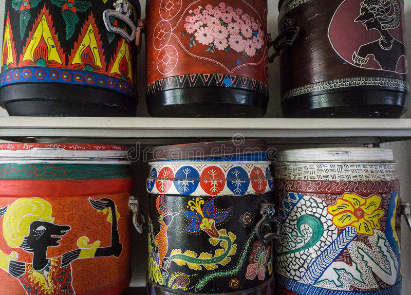 Ζωηρόχρωμα και καλλιτεχνικά μοτίβα στο πλαστικό δοχείο στη φωτογραφία μουσείων μπατίκ που λαμβάνεται σε Pekalongan Ινδονησία στοκ εικόνα