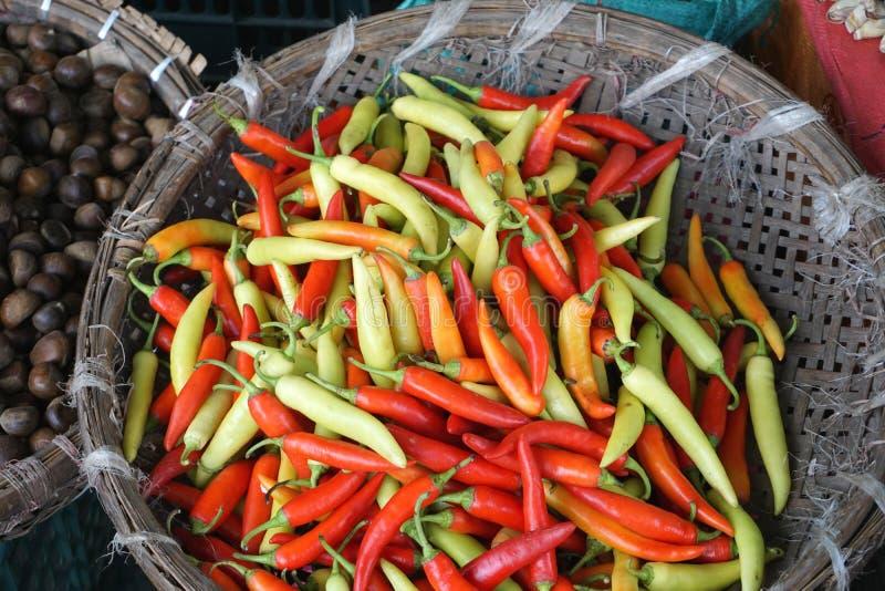 Ζωηρόχρωμα καυτά πικάντικα πιπέρια για την πώληση στην ασιατική αγορά στοκ φωτογραφία με δικαίωμα ελεύθερης χρήσης