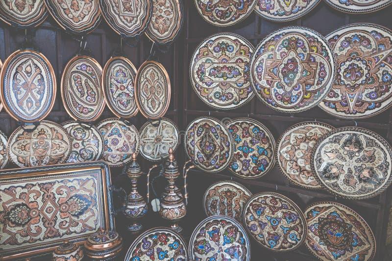 Ζωηρόχρωμα κεραμικά αναμνηστικά για την πώληση στην οδό στην παλαιά πόλη Mo στοκ φωτογραφία