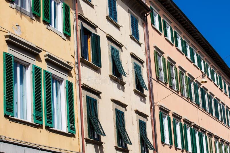 Ζωηρόχρωμα κτήρια με πολλά ξύλινα παράθυρα στο κέντρο πόλεων της Πίζας στοκ φωτογραφία