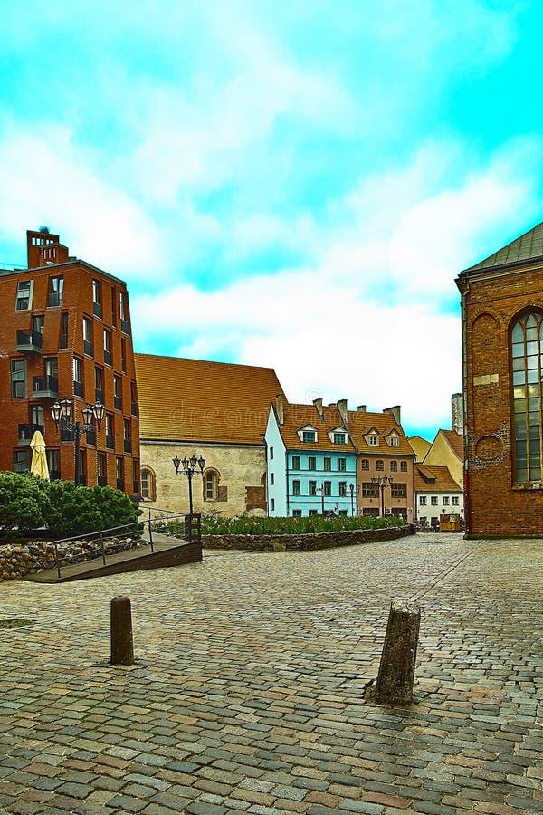 Ζωηρόχρωμα κτήρια με τη λουθηρανική εκκλησία Αγίου Peters ` s στην παλαιά πόλη της Ρήγας στην οδό Skarnu στη Ρήγα, Λετονία στοκ φωτογραφίες με δικαίωμα ελεύθερης χρήσης