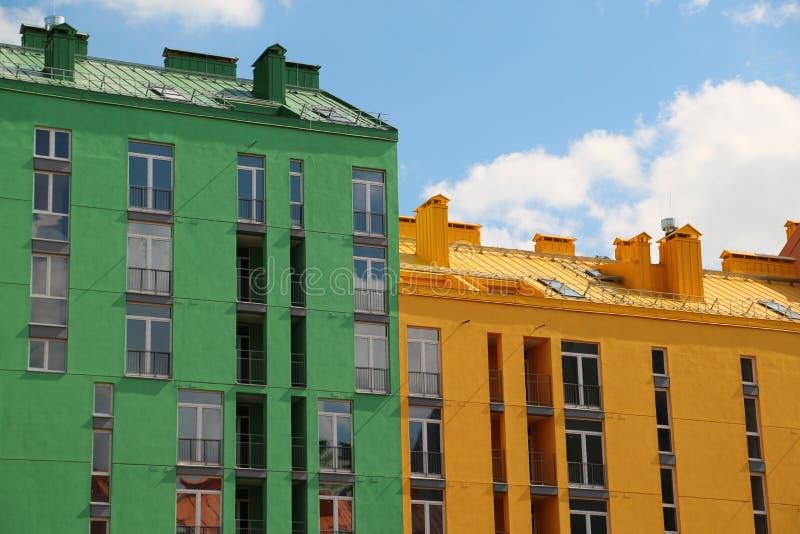 Ζωηρόχρωμα κτήρια με τις πράσινες και κίτρινες προσόψεις στοκ φωτογραφία με δικαίωμα ελεύθερης χρήσης