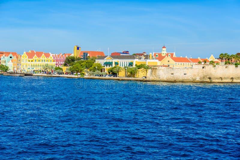 Ζωηρόχρωμα κτήρια σε Willemstad κεντρικός, Κουρασάο, Ολλανδικές Αντίλλες, ένα μικρό νησί Καραϊβικής - ταξιδεψτε τον προορισμό για στοκ εικόνα