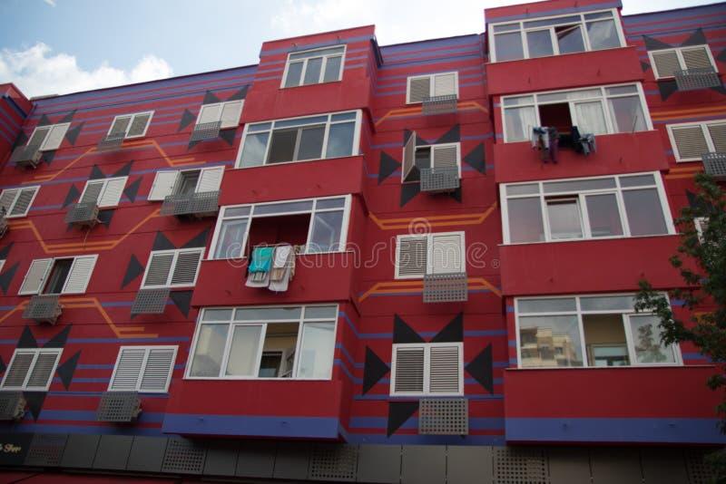 Ζωηρόχρωμα κτήρια στα Τίρανα ως Khrushchevka στην ΕΣΣΔ, Τίρανα, Αλβανία, τον Ιούνιο του 2018 στοκ εικόνες με δικαίωμα ελεύθερης χρήσης