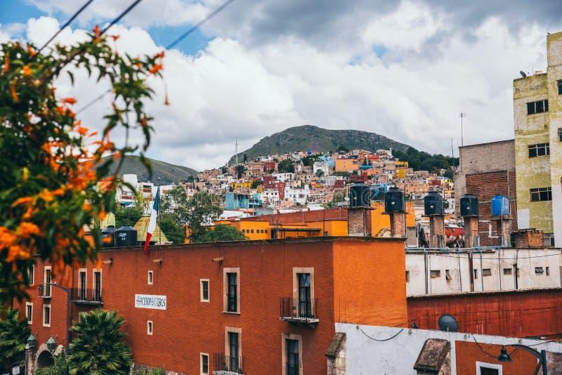 Ζωηρόχρωμα κτήρια Guanajuato σε μια νεφελώδη ημέρα στοκ εικόνα