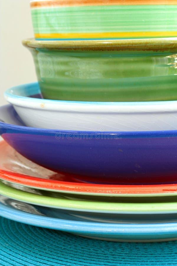 Ζωηρόχρωμα κύπελλα και πιάτα στοκ φωτογραφία