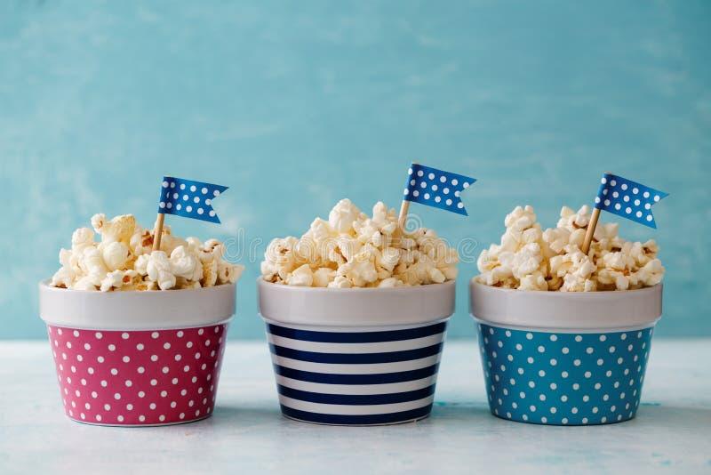 Ζωηρόχρωμα κύπελλα Popcorn στοκ εικόνα