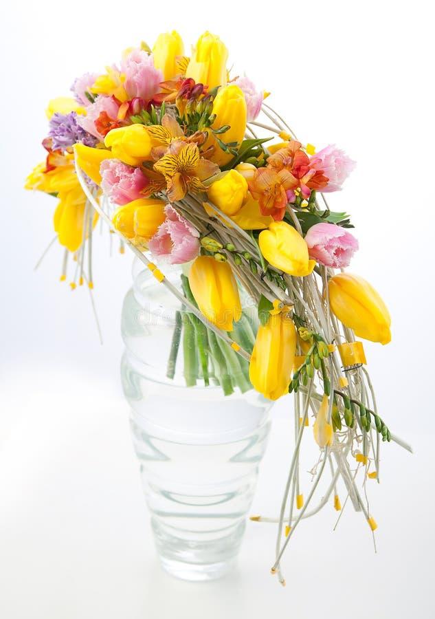 ζωηρόχρωμα λουλούδια κεντρικών τεμαχίων ανθοδεσμών ρύθμισης στοκ εικόνα με δικαίωμα ελεύθερης χρήσης