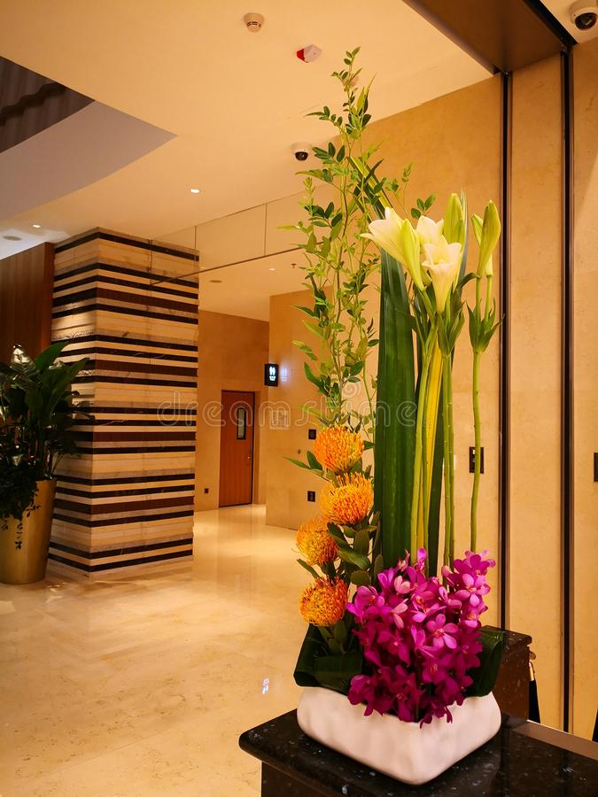 Ζωηρόχρωμα λουλούδια στο λόμπι του πέντε αστέρων ξενοδοχείου στοκ εικόνα