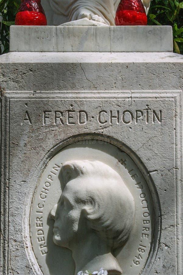 Ζωηρόχρωμα λουλούδια chopin στον τάφο στο νεκροταφείο Pere Lachaise Chopin στενός επάνω τάφων στοκ φωτογραφίες