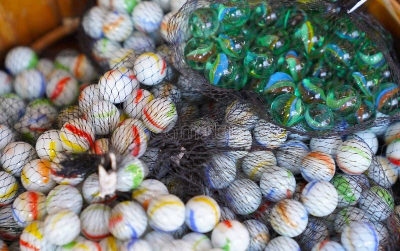 Ζωηρόχρωμα μάρμαρα που συσσωρεύονται σε ένα δίχτυ στοκ εικόνα