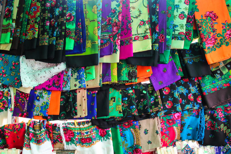 Ζωηρόχρωμα μαντίλι για το κεφάλι - Baticuri Colorate στοκ εικόνα