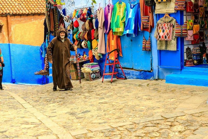 Ζωηρόχρωμα μαροκινά υφάσματα και χειροποίητα αναμνηστικά στην οδό στην μπλε πόλη Chefchaouen, Μαρόκο, Αφρική στοκ φωτογραφίες