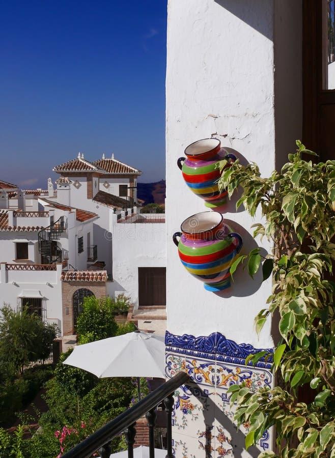 ζωηρόχρωμα μεσογειακά δοχεία μπαλκονιών στοκ φωτογραφία με δικαίωμα ελεύθερης χρήσης