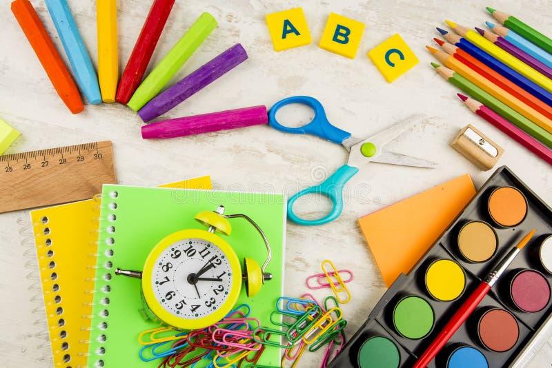 Ζωηρόχρωμα μολύβια μανδρών εξαρτημάτων εργαλείων γραψίματος χαρτικών, έγγραφο χρώματος o Το γραφείο παρέχει τα προϊόντα στοκ φωτογραφία με δικαίωμα ελεύθερης χρήσης