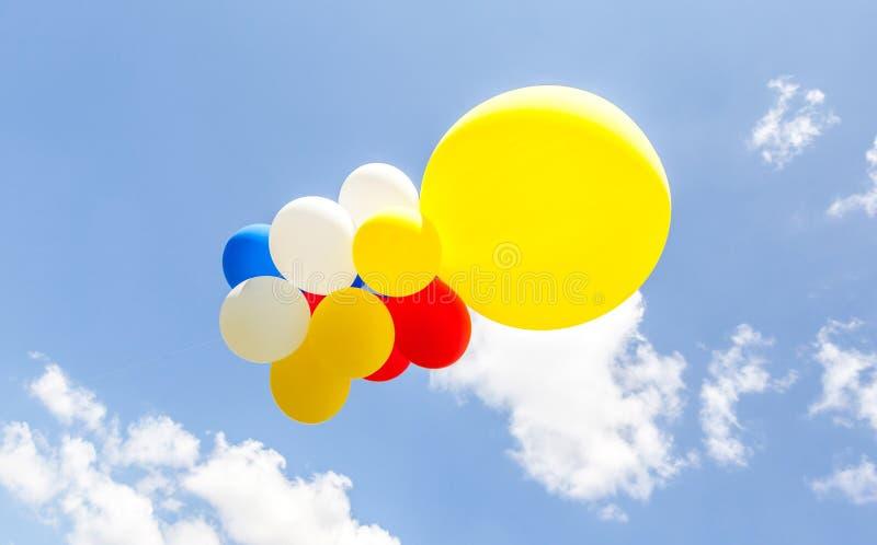 Ζωηρόχρωμα μπαλόνια ενάντια στο μπλε ουρανό στοκ εικόνες