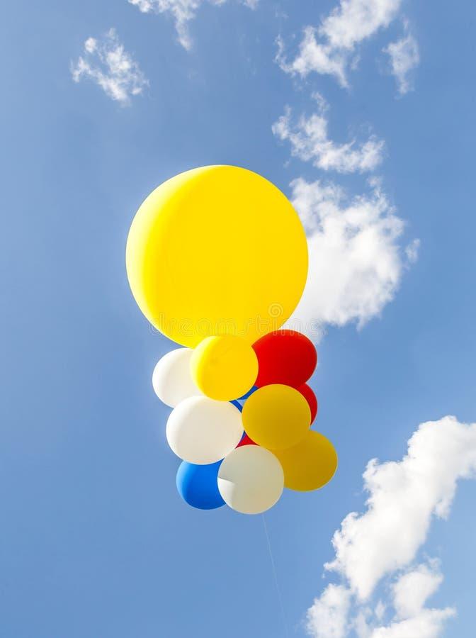 Ζωηρόχρωμα μπαλόνια ενάντια στο μπλε ουρανό στοκ φωτογραφίες